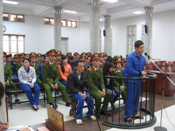 Các bị cáo tại phiên tòa sáng ngày 27/11.