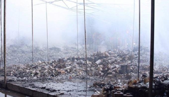 Hiện trường vụ cháy xưởng gốm tại Bát Tràng, Hà Nội.