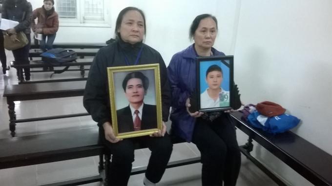 Những người mẹ ôm di ảnh con gục khóc tại tòa.