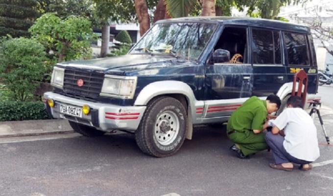 Chiếc ôtô giám đốc bị nhóm hung thủ đập vỡ kính. (Ảnh: Xuân Ngọc)