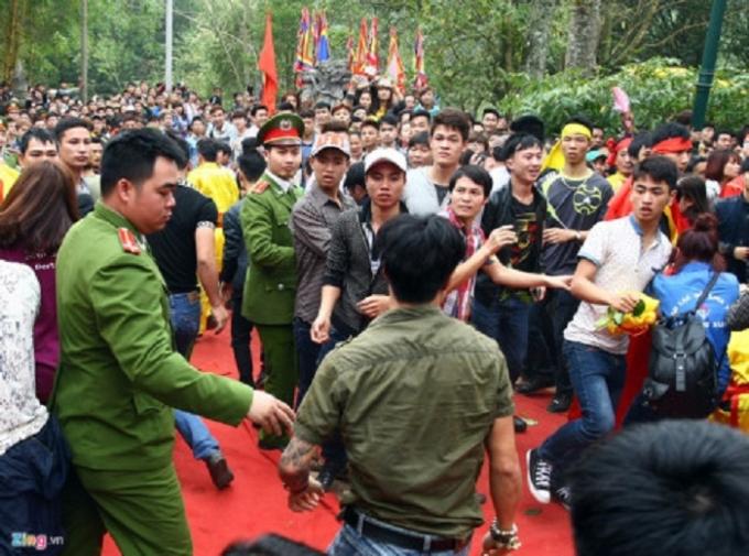Cảnh sát sẽ trấn áp mạnh số người càn quấy, gây rối trong các lễ hội. Ảnh: Chí Toàn