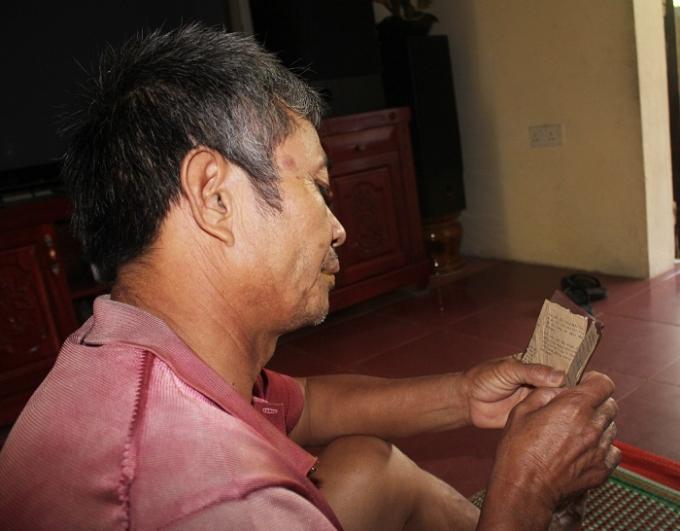 Ông Phan Hữu Lệ và những kỷ vật còn lại của người chị gái liệt sỹ.