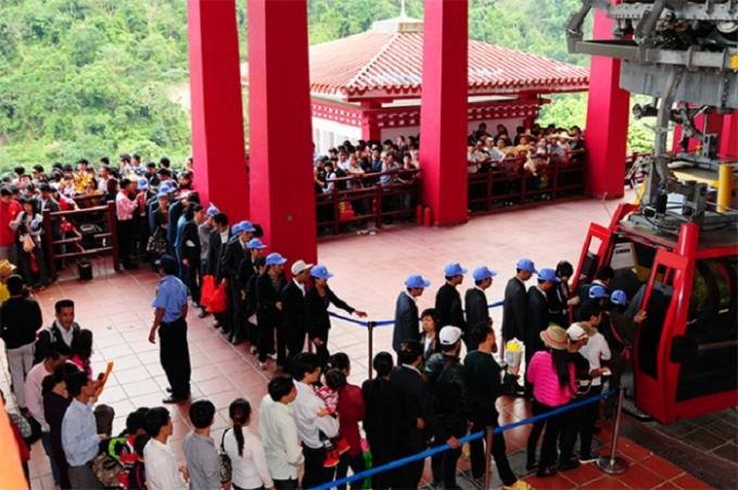 Hình ảnh du khách xêp hàng lên Cáp treo để đến với Tây Thiên.