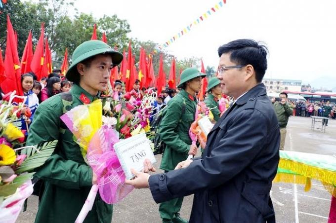 Chủ tịch Thành phố Đinh Quang Tuyên, trao quà cho các tân binh trước khi lên đường.