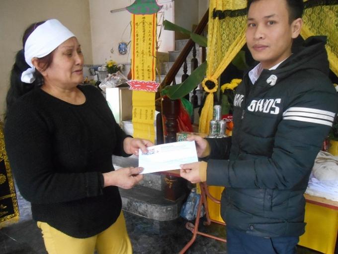 Phóng viên Pháp luật Plus Nguyễn Duy Khương đến chia buồn, trao hỗ trợ đến với gia đình nạn nhânTrần Việt Tiến.