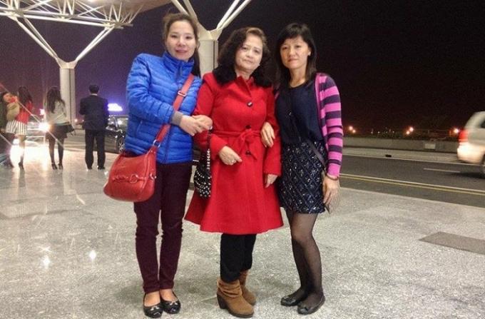 Chị Thu Trang (áo xanh) chụp ảnh cùng bà Hạnh và chị Vân.Ảnh: NVCC