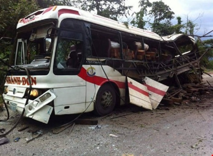 Hiện trường vụ nổ xe khách ở Lào làm ít nhất 8 người Việt tử vong.