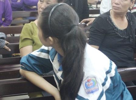 Bị hại là cô bé đang mang áo đồng phục học sinh, mẹ của đứa trẻ 6 tháng tuổi.