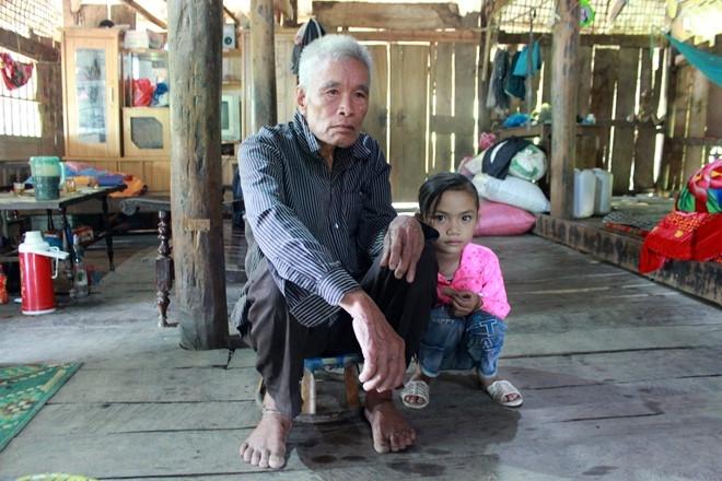 Bé gái 7 tuổi sống cùng ông ngoại sau khi cha mẹ qua đời. Ảnh:Hoàng Lam.