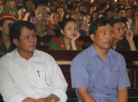 Bị cáo Lê Sỹ Bình và Nguyễn Hữu Hóa tại phiên tòa xét xử.