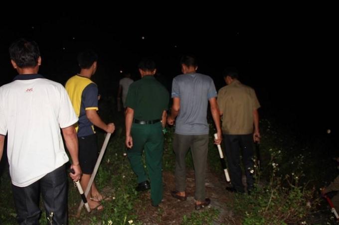 Lực lượng chức năng truy tìm hung thủ trong đêm.