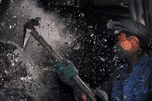 Thợ mỏ vẫn chủ yếu khai thác than bằng phương pháp thủ công.