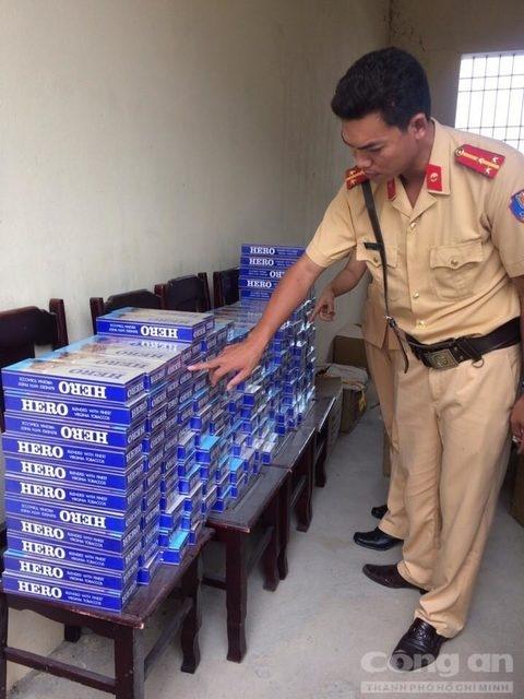 """Lực lượng chức năng đang tiến hành kiểm kê số lượng thuốc lá """"lậu"""". (Ảnh: Báo Công an)"""