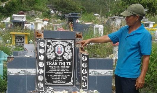 Ông Hiền phẫn nộ trước việc ngôi mộ của bà nội bị đập phá.