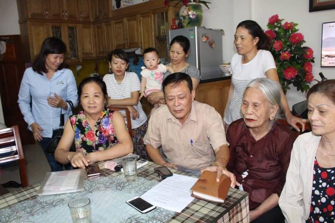 Người dân tại ngách 50, ngõ 16, đường Nguyễn Khánh Toàn, Cầu giấy bày tỏ sự bức xúc do tình trạng mất nước kéo dài.