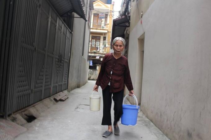 Dù biết là độc hại nhưng người dân vẫn phải đi xin nước giếng khoan để dùng.