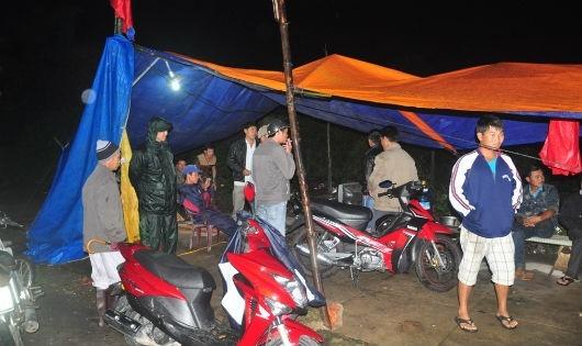 Người dân Điện Bàn dựng lều phản đối nhà máy ô nhiễm.