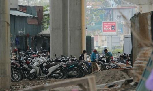 Chật kín hàng trăm chiếc xe máy xếp dưới gầm đường sắt trên cao.