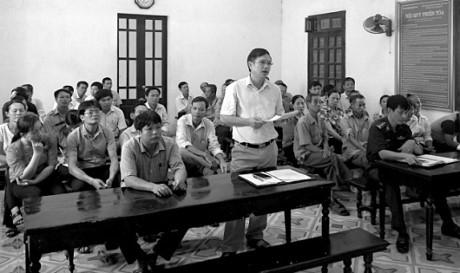 Ông Chu Danh Báu - Chủ tịch UBND xã Vật Lại (đứng) tại phiên tòa xét xử sơ thẩm ngày 27/9 vừa qua.