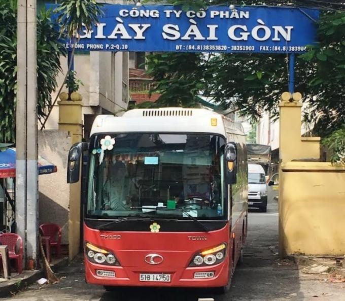 Xe giường nằm của Thành Bưởi đỗ trong khuôn viên khu đất 419 của Công ty Cổ phần Giày Sài Gòn.