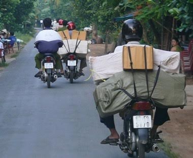 Vận chuyển thuốc lá lậu công khai trên QL 91 từ Châu Đốc về Long Xuyên.