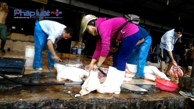 Hình ảnh giết mổ lợn ngay trên sàn nhà với phân, lông, nước tiểu được phóng viên ghi lại.