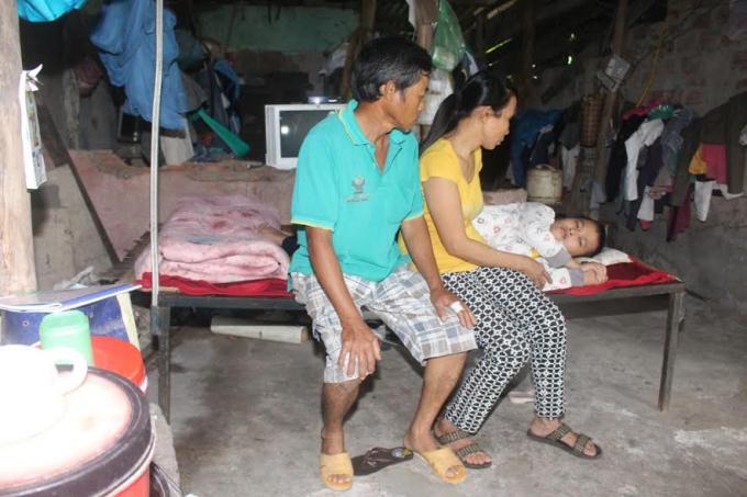 Ông Thái, bà Phương và em Oanh mắc phải bệnh tật, nghèo khó đang cần sự giúp đỡ, cưu mang…