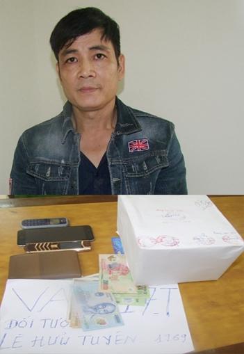 Lê Hữu Tuyên cùng tang vật vụ án. (Ảnh: báo Nhân dân)
