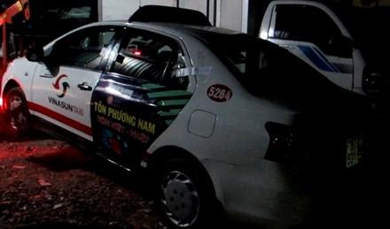 Chiếc taxi mà ông H. bị nữ quái chuốc thuốc mê. (Ảnh: báo Lao động)