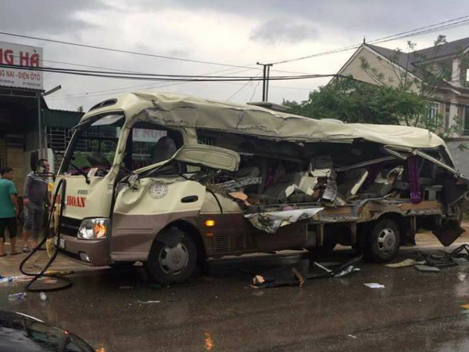 Chiếc xe khách bị tông biến dạng khiến ít nhất 3 hành khách tử vong.