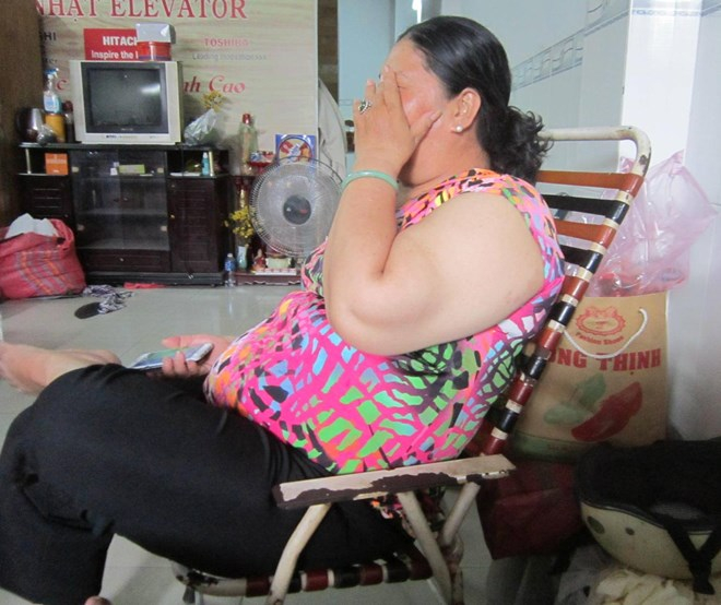 Bà nội nạn nhân bật khóc thuật lại sự việc.