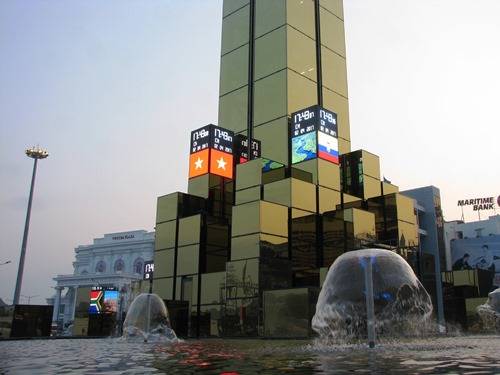 Dưới chân cột đồng hồ là hồ nước. Ảnh:Minh Cương