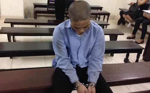 Kẻ 4 tiền án cúi gằm mặt tại phiên xét xử. (Ảnh: Đài truyền hình Việt Nam)