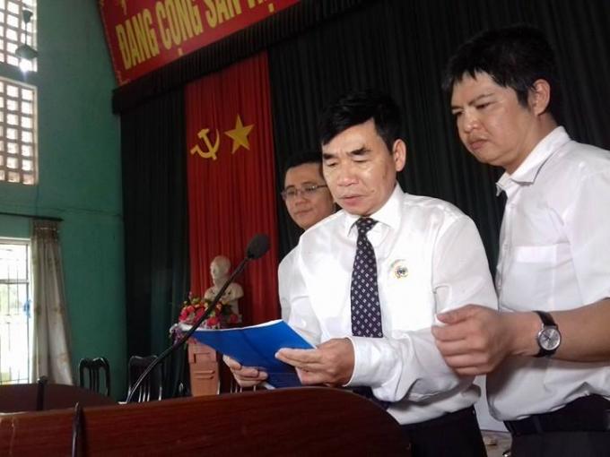 Ông Trần Văn Tuân, Phó chánh án Tòa án nhân dân Cấp cao đọc lời xin lỗi ông Hàn Đức Long.