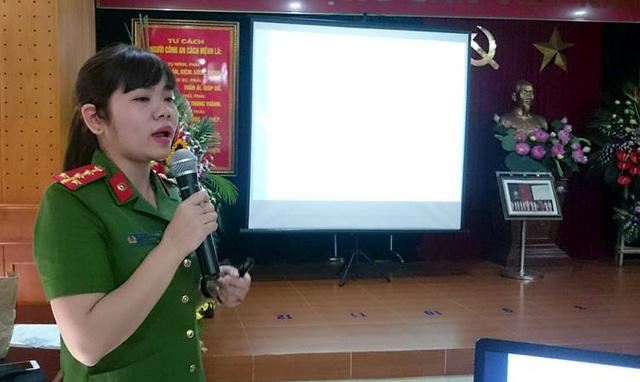 Đại úy Lê Thị Kim Tuyến - Đội trưởng Đội Giám định tài liệu (Phòng Kỹ thuật hình sự - CATP Hà Nội) - hướng dẫn tại buổi tập huấn.