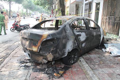 Chiếc xe bị thiêu rụi hoàn toàn. (Ảnh: báo Vnexpress)