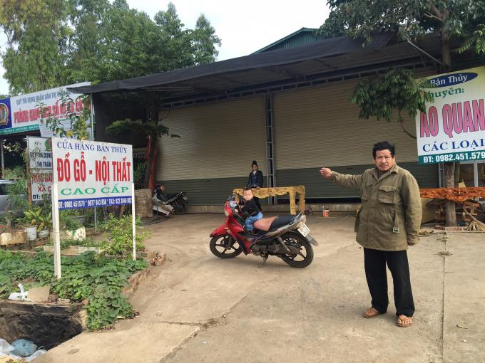 Ông Lò Văn Hùng đứng trước thửa đất đã bị thu hồi mà không được đền bù, hỗ trợ.