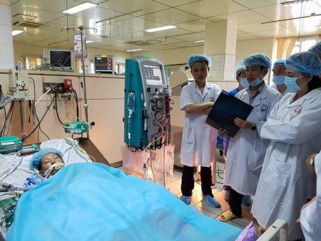 Bộ trưởng Bộ Y tế thăm bệnh nhân nặng của sự cố y khoa chạy thận đang điều trị tại BVĐK Hòa Bình. (Ảnh: VTC)