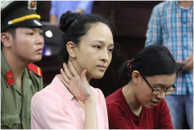 Hoa hậu Phương Nga và Nguyễn Đức Thùy Dung tại phiên tòa.