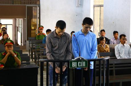 Bị cáo Thực (bìa trái) và bị cáo Phóng tại phiên tòa sơ thẩm. (Ảnh: báo Người lao động)