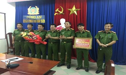 Công an thành phố Đà Nẵng thưởng nóng cho các lực lượng phá án nhanh. (Ảnh:Vũ Vân Anh)