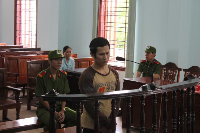 Bị cáo Đặng Văn Tuấn đứng trước vành móng ngựa.