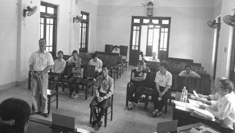 Ông Ngô Thanh Kỳ, Giám đốc Cty Cờ Đỏ (bên trái, đại diện cho bị đơn) tại phiên tòa xét xử sơ thẩm lần 2.
