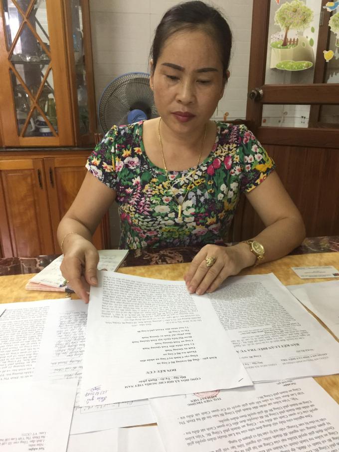 Bà Lan bức xúc trước vi phạm của cơ quan CSĐT Công an TP Uông Bí.