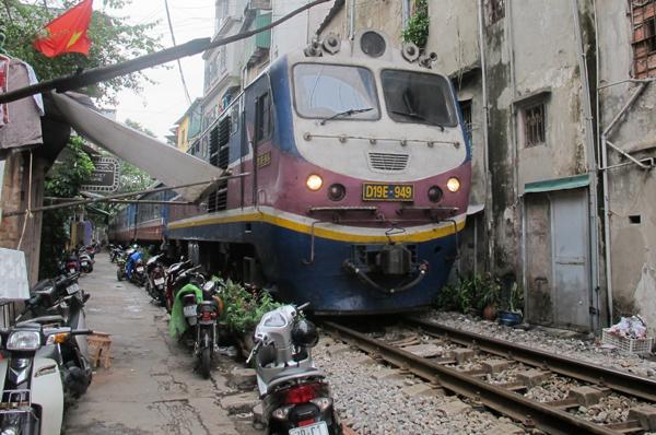 Hà Nội là địa phương đang có tình trạng vi phạm trật tự hành lang ATGT đường sắt thuộc diện phức tạp nhất cả nước. (Ảnh: báo Giao thông)