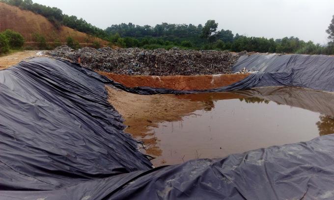 Bãi rác mới không đảm bảo tiêu chuẩn kỹ thuật, bản ngăn nước thải không được gia cố chắc chắn, được chỉnh sửa để giải quyết tình trạng rác thải ùn ứ.