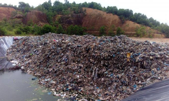 Bãi rác được tập kết trên một địa hình khá cao, quy mô rộng lớn.