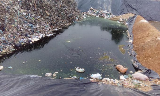 Nước thải đen ngòm tại các ô chứa rác.