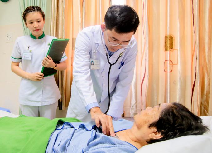 Bác sĩ thăm khám cho bệnh nhân sau khi phẫu thuật.