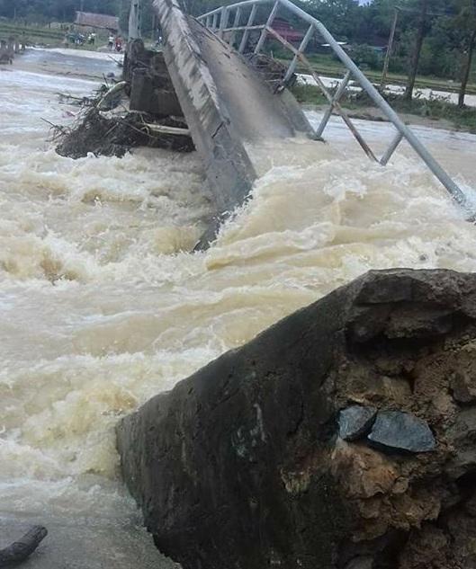Một cây cầu tại xã Vạn Xuân, Thường Xuân bị gãy do mưa lũ.